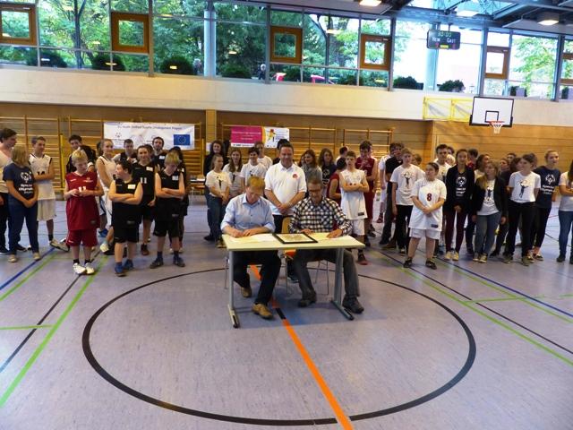 Unterzeichnung Cartsen Schenk und MIke Newton